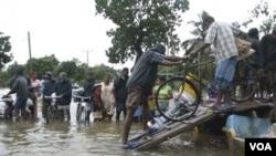 Warga etnis Tamil di distrik Batticaloa berusaha mengungsi dan membawa barang seadanya, Kamis 13 Januari 2011.