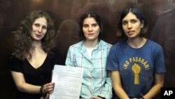 Thành viên của nhóm Pussy Riot (từ trái): Maria Alekhina, Yekaterina Samutsevich, và Nadezhda Tolokonnikova