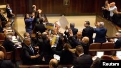 بِل کی منظوری کے دوران اسرائیلی پارلیمان کے عرب ارکان نے سخت احتجاج کیا۔ (فائل فوٹو)