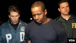James Cromitie (tengah) saat ditahan oleh FBI di New York pada tanggal 21 Mei 2009.