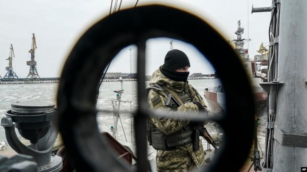 Một binh sỹ Ukraine đứng trên tàu tuần dương đậu ở cảng Mariupol ở Biển Azov