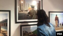 北韓加強在俄羅斯宣傳。7月份在莫斯科舉辦的北韓圖片展覽。(美國之音白樺拍攝)