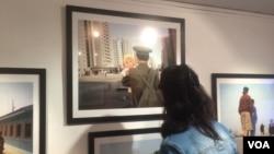 朝鲜加强在俄罗斯宣传。7月份在莫斯科举办的朝鲜图片展览。(美国之音白桦拍摄)