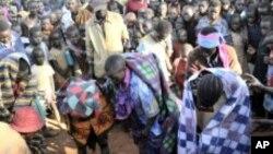 Watu wamekusanyika kuwaangalia wasichana kutoka kabila la Sebei nchini Uganda ambao wamefanyiwa ukeketaji katika Wilaya ya Bukwa.