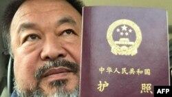 Artis pembangkang China Ai Weiwei menunjukkan paspor miliknya di Beijing hari Rabu (22/7).
