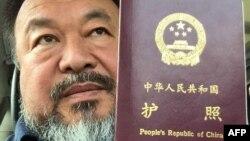Nghệ sĩ Ngải Vị Vị chụp hình với hộ chiếu tại Bắc Kinh.