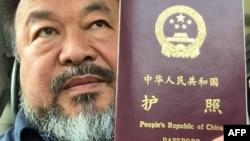 2015年7月22日中国艺术家著名异议人士艾未未在北京手持护照
