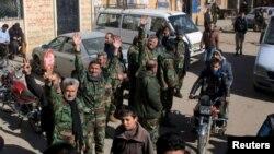 Tư liệu - Những chiến binh trung thành với Tổng thống Syria Bashar al-Assad ăn mừng với người dân ở Nubul và al-Zahraa sau khi phá vây cho những thị trấn này ở vùng quê Aleppo, Syria, trong bức hình do hãng thông tấn SANA cung cấp, ngày 4 tháng 2, 2016.