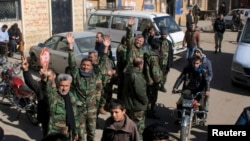 Pasukan pemerintah Suriah bersama warga di bagian utara propinsi Aleppo merayakan dibebaskannya wilayah ini dari pengepungan pemberontak, awal bulan ini (foto: dok).