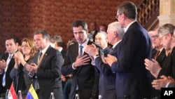 Rankont Vis Prezidan ameriken an Mike Pence, adwad, ak prezidan pwovizwa Venezuela a ke Etazini ak plizyè lòt peyi ap soutni, Juan Guaido pandan yon rankont nan Bogota, peyi Kolonbi sou kriz Venezuela a. 25 fevriye 2019. (Foto: AP/Martin Mejia)