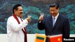 2013年5月28日,时任斯里兰卡总统的拉贾帕克萨与东道主中国国家主席习近平在北京人民大会堂举杯致意。拉贾帕克萨在2015年1月的选举中失败。
