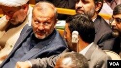 Presiden Iran Ahmadinejad (kanan) berbincang-bincang dengan Menteri Luar Negeri Manouchehr Mottaki (foto: dok).