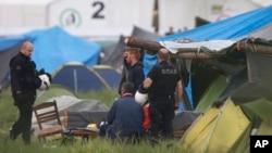 24일 그리스-마케도니아 국경지역인 이도메니 마을에서 그리스 경찰이 임시 난민수용소를 강제 해산시키고 있다.