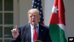 លោកប្រធានាធិបតី Donald Trump ថ្លែងអំពីការវាយប្រហារនៅក្នុងប្រទេសស៊ីរីក្នុងសន្និសីទកាសែតមួយជាមួយនឹងស្តេច Abdullah II របស់ហ្ស៊កដានី កាលពីថ្ងៃទី៥ ខែមេសា ឆ្នាំ២០១៧ នៅក្នុងសួន Rose Garden នៃសេតវិមាន ក្នុងរដ្ឋធានីវ៉ាស៊ីនតោន។