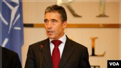 Sekjen NATO Anders Fogh Rasmussen berbicara kepada wartawan dalam kunjungan mendadaknya ke Tripoli, Libya, di hari terakhir misi NATO di negara tersebut, Senin (31/10).