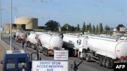 Xe tải chở nhiên liệu tại nhà máy lọc dầu Total ở Donges, ngày 25/10/2010