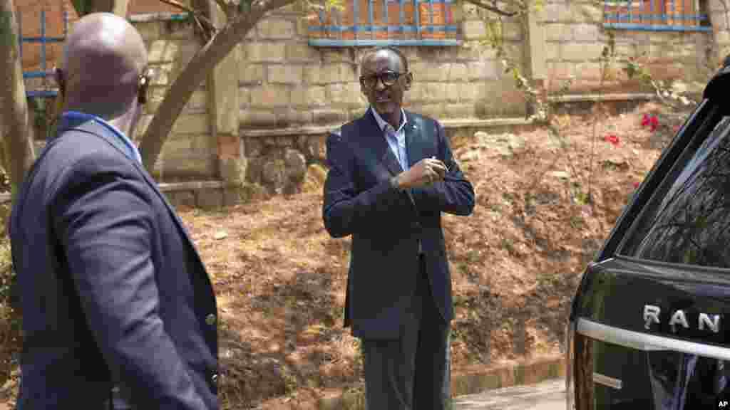 Le président rwandais Paul Kagame quitte les bureaux de vote après avoir voté à Kigali, le 4 août 2017