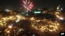 호스니 무바라크 대통령의 퇴진 소식을 접한 시위대들이 카이로 민주광장인 타흐리르 광장에서 불꽃놀이를 벌이며 기뻐하고 있다.