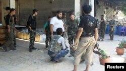Para pemberontak dari Lasykar Pembebasan Suriah di pinggiran Aleppo (foto: dok). Posisi pemberontak terus terdesak setelah serangan gencar dari pasukan Suriah.
