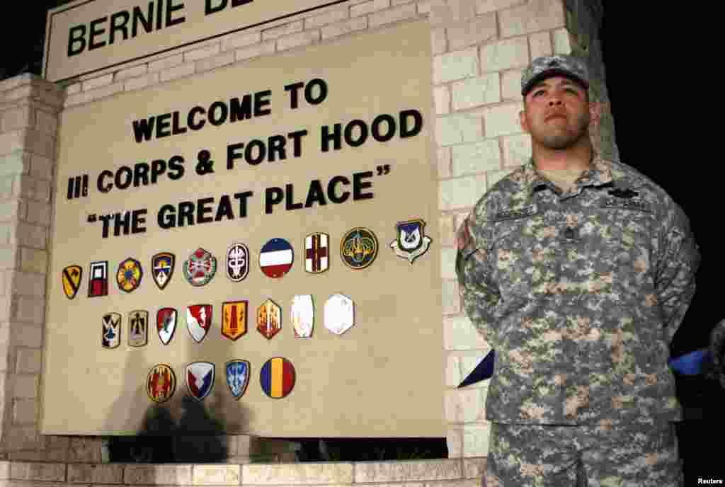 """امریکہ کی ریاست ٹیکساس کے فوجی اڈے """"فورٹ ہُڈ"""" میں ایک فوجی سکیورٹی پر مامور ہے۔"""