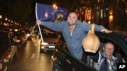 Сторонники оппозиционной коалиции «Грузинская Мечта» празднуют неподтвержденную победу. Тбилиси, Грузия. 1 октября 2012 года