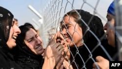 Những người dân Iraq chạy trốn khỏi thành phố Mosul, thành phố lớn cuối cùng còn nằm trong tay Nhà nước Hồi giáo Iraq (IS), được đoàn tụ với người thân của họ, những người đã đến các trại tị nạn ở khu vực Khazer, gần gần trạm kiểm soát của người Kurd tại Aksi Kalak, hai năm về trước.