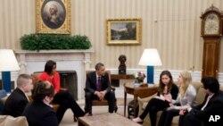Presidente Barack Obama e a Primeira Dama, Michelle Obama, reúnem-se, na Sala Oval, com estudantes activistas anti-bullying.