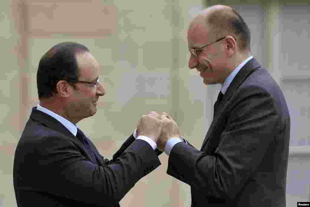 Predsjednik Francuske Francois Hollande pozdravlja italijanskog premijera Enrica Letta-u ispred Jelisejske palače u Parizu.