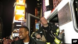 ພວກເຈົ້າໜ້າທີ່ດັບໄຟຢູ່ນະຄອນນິວຢອກ ໄປເຕົ້າໂຮມກັນທີ່ຈະຕຸລັດ Times Square ໃນວັນທີ 2 ພຶດສະພາ 2011 ບໍ່ດົນລຸນຫຼັງການປະກາດ ຂອງປະທານາທິບໍດີບາຣັກໂອບາມາວ່າ ຜູ້ນຳຂອງກຸ່ມກໍ່ການຮ້າຍອາລກາຍດາ ນາຍ Osama bin-Ladan ໄດ້ຖືກຂ້າຕາຍ.