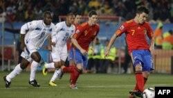 Cầu thủ David Villa của Tây Ban Nha (phải) trong cú đá phạt penalty trong trận đấu World Cup nhóm H giữa Tây Ban Nha và Honduras tại Sân vận động Ellis Park ở Johannesburg, Nam Phi, Thứ hai 21 tháng Sáu, 2010