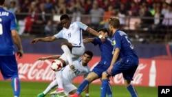 Ademola Lookman de l'Angleterre, au centre, dans un duel avec Riccardo Orsolini de l'Italie lors du match de football demi-finale lors de la Coupe du Monde U-20 de la FIFA Corée 2017 au stade Jeonju à Jeonju, Corée du Sud, 8 juin 2017.