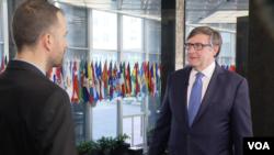 Palmer u razgovoru sa novinarom Glasa Amerike