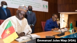 Signature entre la partie Cameroun (à gauche) et la Banque africaine de développement (à droite) de l'accord financier pour la construction de la ring road , le 18 juin 2021 (VOA/Emmanuel Jules Ntap)