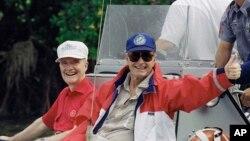 老布殊總統與國家安全顧問斯考克羅夫特在佛羅里達州博卡格蘭德渡假期間從夏洛特港釣魚歸來。(1992年11月12日)