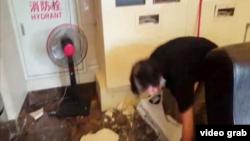 台灣宜蘭外海發生規模5.8的地震,工人忙於清理天花掉下來的物件。(視頻截圖)