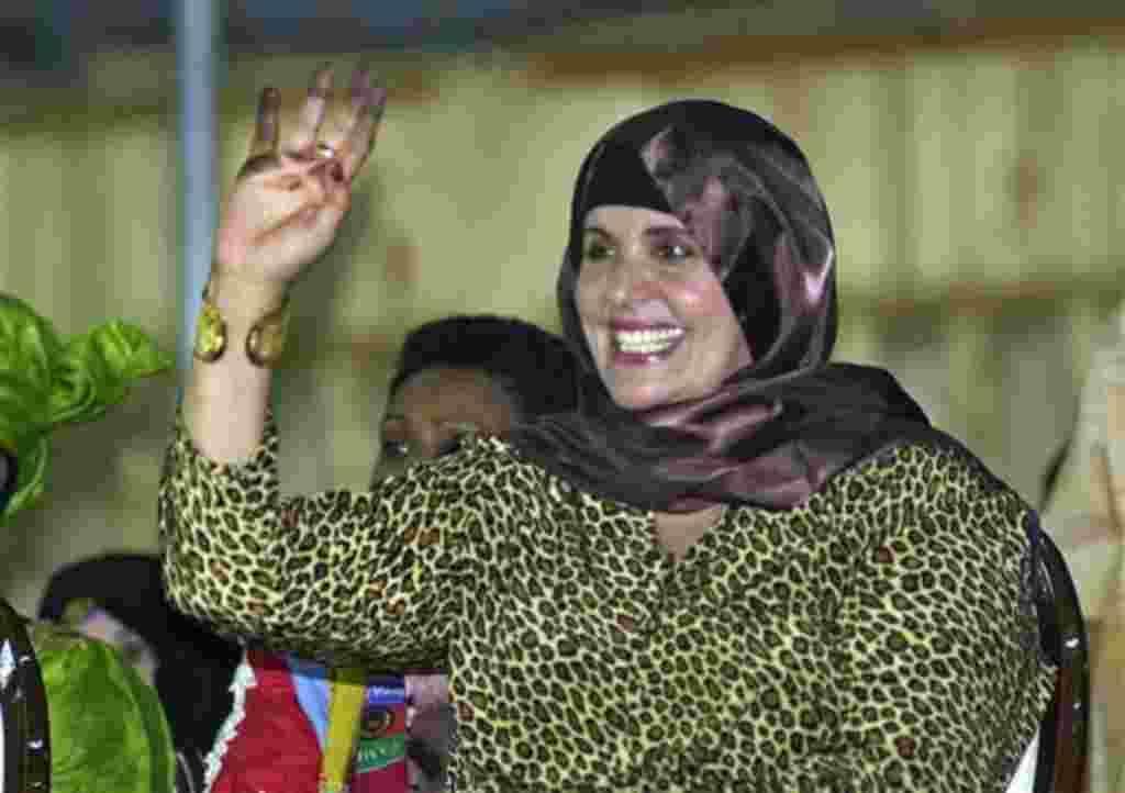 La segunda esposa del líder libio MoammarGadhafi, Safiya, saludando a soldados libios durante un desfile militar en la plaza principal de Trípoli.