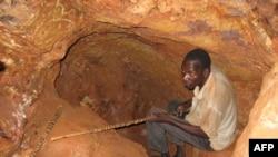 在喀麦隆东部的巴图里镇附近,一名男子用简易工具寻找黄金(资料图)