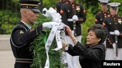 韓國總統朴槿惠2013年5月6日在美國首都華盛頓附近的阿靈頓國家公墓的無名戰士墓敬獻花圈