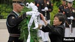 韩国总统朴槿惠2013年5月6日在美国首都华盛顿附近的阿灵顿国家公墓的无名战士墓敬献花圈