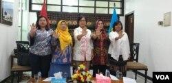 Perwakilan 5 lembaga negara yang memantau kekerasan di tahanan Indonesia saat menggelar konferensi pers di kantor Komnas HAM, Jakarta, Selasa (25/6) (foto: VOA/Sasmito).