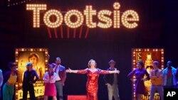 """El elenco de """"Tootsie"""" deleitando al público en la entrega anual 73 de los premios Tony. Radio City Music Hall, Nueva York. 9-6-19."""