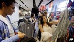 Consumidores de compra el mes pasado en una tienda de ropas en Atlanta.
