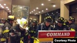 Miembros del Departamento de Bomberos de Nueva York se aprestan a ingresar al edificio incendiado. Foto FDNY.