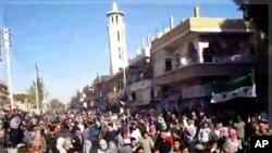 敘利亞反政府抗議者星期一在霍姆斯市集會
