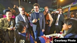 自由国际联盟成员探访金钟占领区(苹果日报图片)