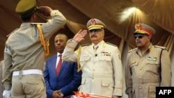 Le maréchal Khalifa Haftar (au centre) à Benghazi, en Libye le 7 mai 2018.