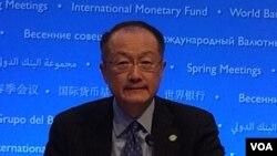 """El presidente del Banco Mundial, Jim Yong Kim, dice que se necesita """"un modelo de crecimiento económico que saque de la pobreza a los más pobres en lugar de enriquecer solo a los más ricos""""."""