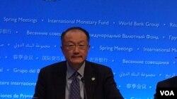世界银行行长金墉在记者会上(美国之音莉雅拍摄)