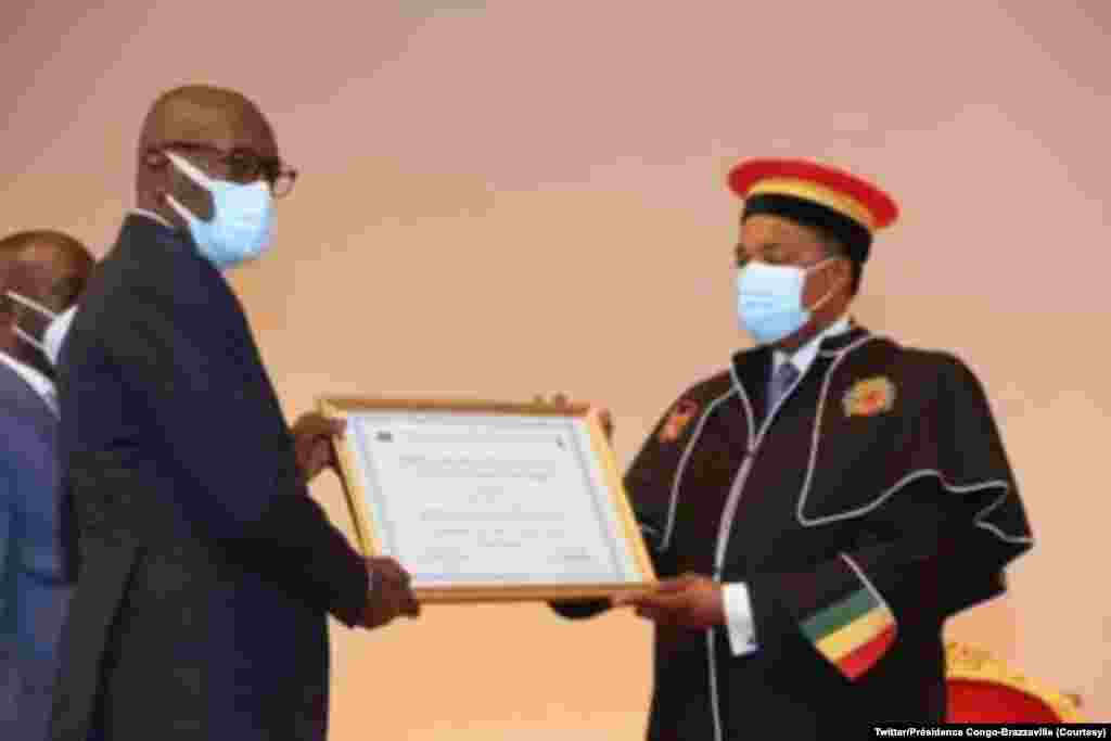 Président Denis Sassou azwi mpe diplome mpo na palata ya Docteur Honoris Causa ya Université Marien Ngouabi, na Palais ya Congrès, Brazzaville, Congo-Brazzaville, 12 novembre 2020. (Twitter/Congo-Brazzaville Présidence)