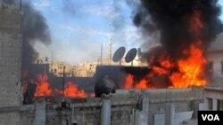 Pasukan Suriah melanjutkan gempuran atas kota Homs, sehingga petugas Palang Merah tak dapat melanjutkan evakuasi medis korban yang terkepung di kota itu.